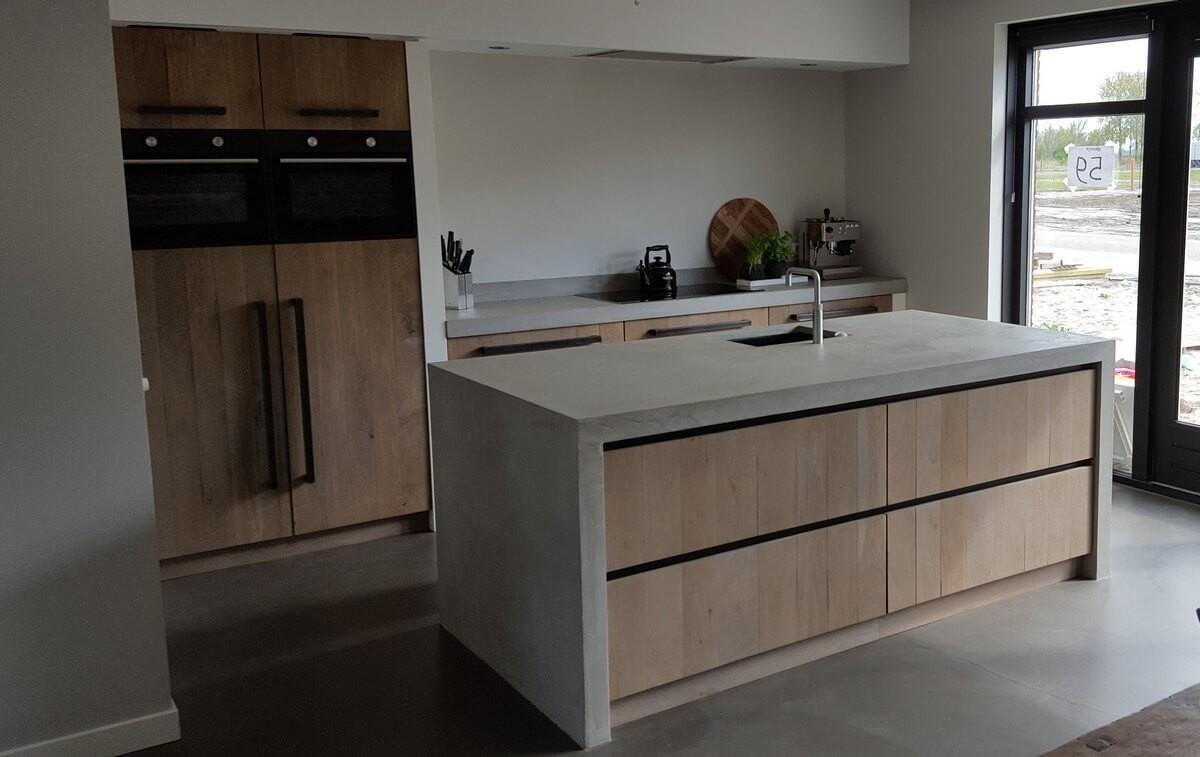 Moderne houten keuken met zilveren toestellen stock afbeelding