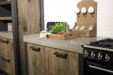 Stoere keuken van oud hout