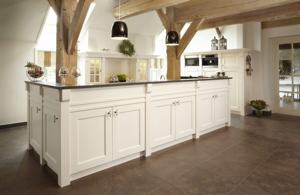 Witte landelijke keuken van hout