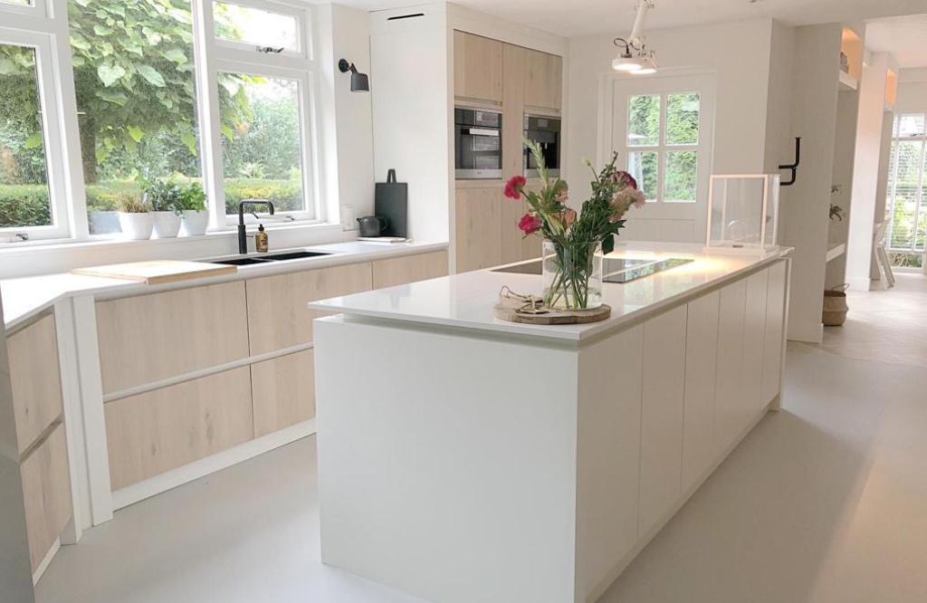 Moderne keuken wit met eikenhout