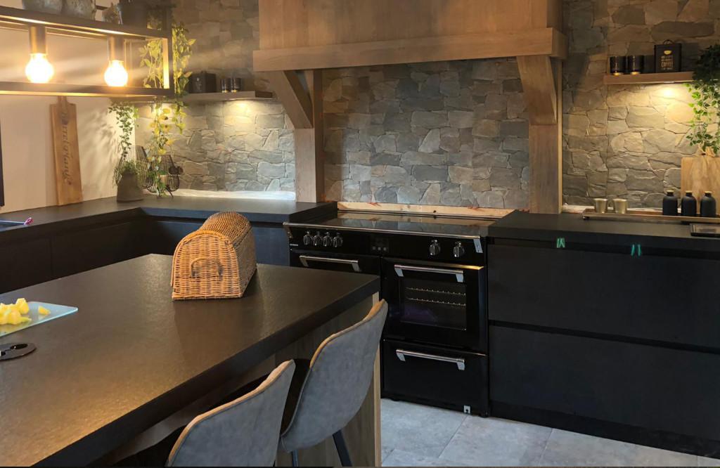 zwarte keuken van hout