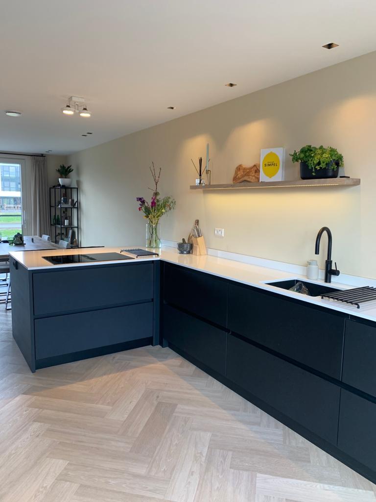 Moderne keuken wit keukenblad